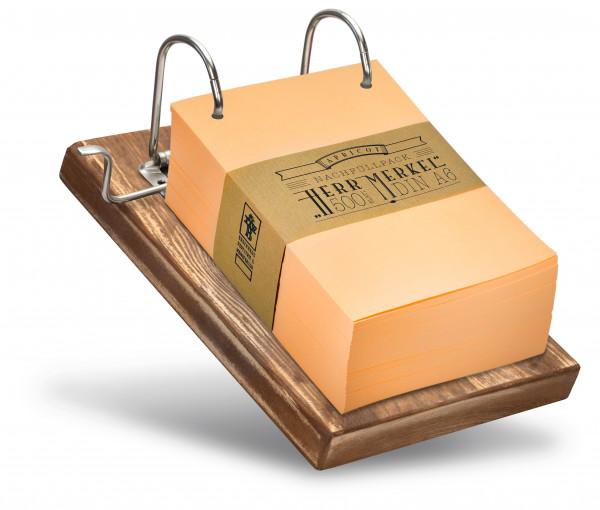Das braune Holzbrett harmoniert gut mit dem frischen Hellorange.