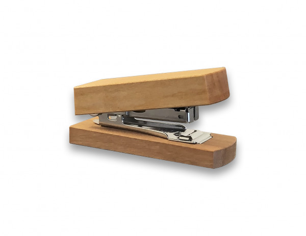 Der edle Mini-Hefter aus Kirschholz ist ein hochwertiges Büroaccessoire für jeden Schreibtisch.
