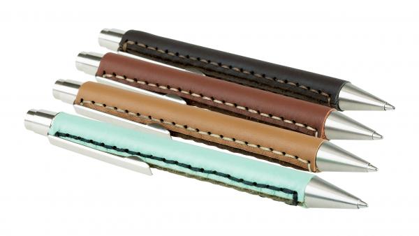 Dank recycelter Leder-Reste aus der Industrie wird jeder Kugelschreiber zu einem Unikat!
