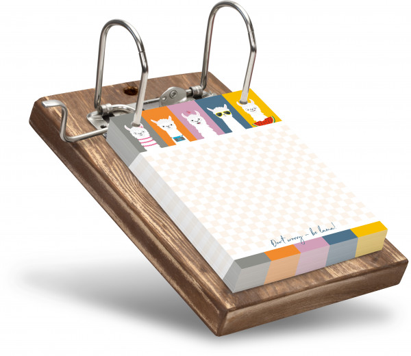 Fünf süße Alpakas, moderne Farbflächen und ein großer Notizbereich überzeugen bei diesem Notizblockhalter.