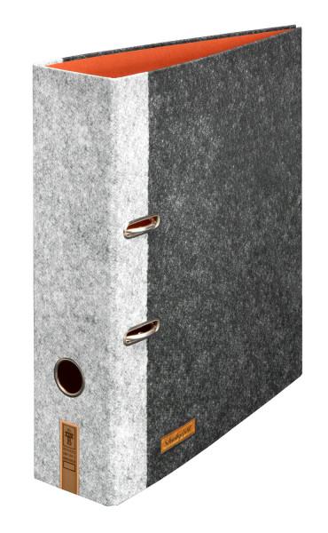 """Der breite Motivordner """"Grobian"""" überzeugt mit anthrazitfarbenem und hellgrauem Filz-Design und aufgedruckten Leder-Applikationen."""