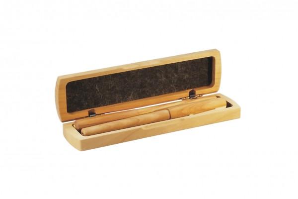 Dieses edle Schreibset besteht aus einem Tintenroller sowie einem Füller in einem hochwertigen Stifteetui.