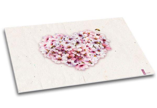 """Die Schreibtischunterlage """"Blütenzauber"""" besticht durch ihr großes Herz aus Kirschblüten."""
